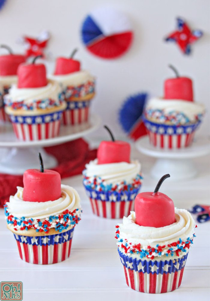 Firecracker Cupcakes | Patriotic Cupcakes | Memorial Day | Picnic Ideas | Red White Blue | Summer Desserts | Picnic Food | Cupcake Recipes | American Fun Food Ideas