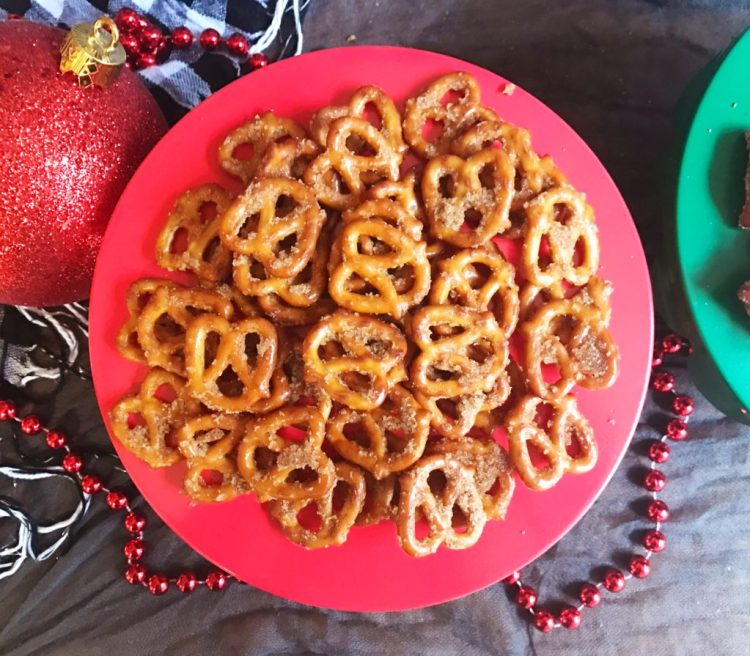 Cinnamon Sugar Pretzels | Christmas Snack | christmas | winter party | pretzel | snack recipe | Christmas snack ideas | Christmas snacks for party | Christmas food | party food | seasoned pretzels | snack | snacks for party | pretzel recipe | cinnamon | sweet and salty | A yummy sweet and salty snack, recipe on Six Clever Sisters!