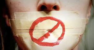 Ağzında bant olan bir kadın resmidir. Suskunluk Sarmalı'nı anlatmak için koyulmuştur.