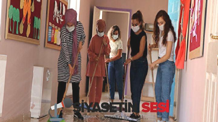 Van'da öğretmenlerden örnek davranış: ellerine paspas ve fırça alıp köpüklü suyla okulu temizlediler