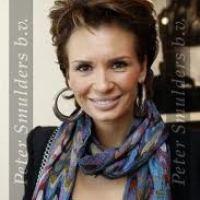 Leontine Borsato met kleurige sjaal