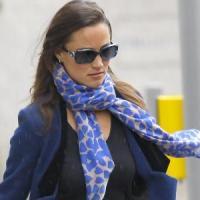 Pippa met hippe blauwe zijden sjaal