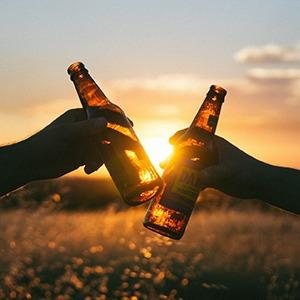 Biertjes proost zonsondergang alcohol