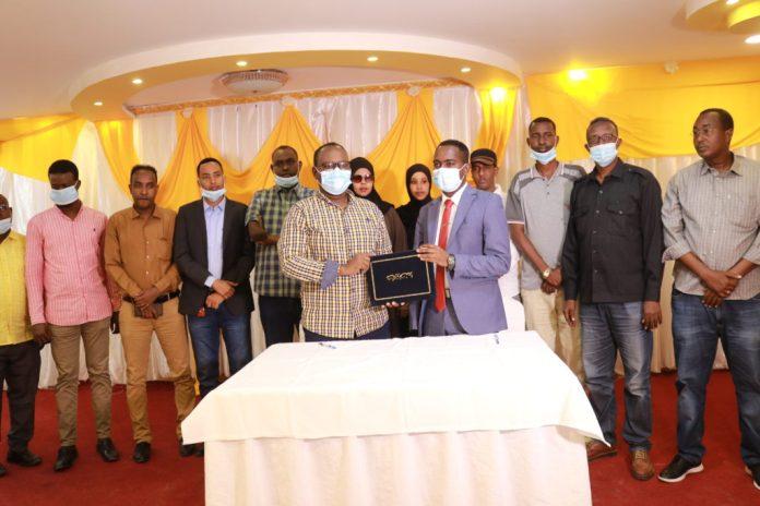 SJS Secretary General, Abdalle Ahmed Mumin (front right) and SOMA Secretary General, Mohamed Osman Makaran (front left) sign MOU in Mogadishu on Monday 13 September, 2021.   PHOTO CREDIT/SJS.