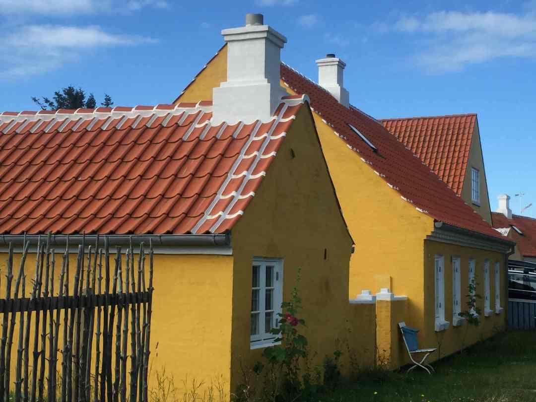 Et af de mange fine gule Skagenshuse, som kendertegner byen.