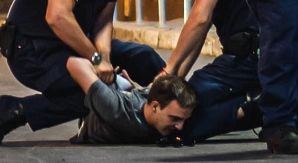 Невидимият случай на един бит арестуван и окован протестиращ