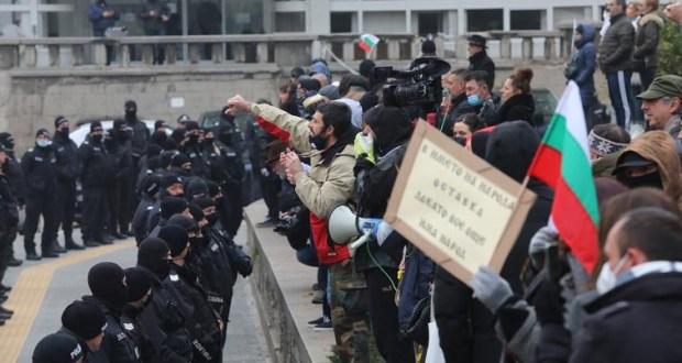 Покана към властта: Протестиращите искат публична ваксинация за управляващите