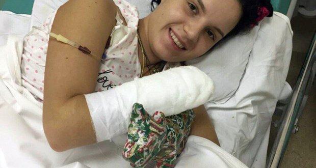 През 2017-та съпругът ѝ отрязва и двете ѝ ръце защото му иска развод