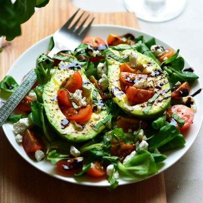 Avokado, pomidorų ir fetos salotos