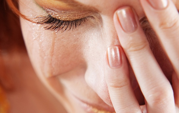 Отеки-глаз-после-слез-Почему-появляются-и-как-избавиться