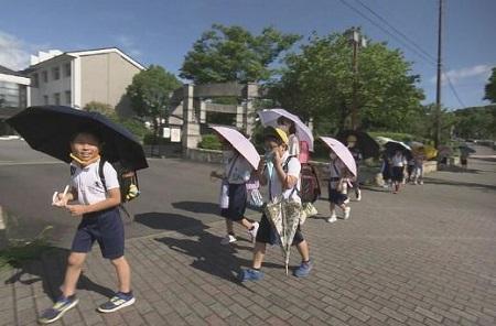 子供用日傘をさして登下校