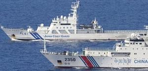 海上保安庁巡視船と中国海警船