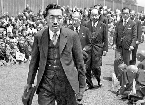 人間宣言後に全国巡幸する昭和天皇