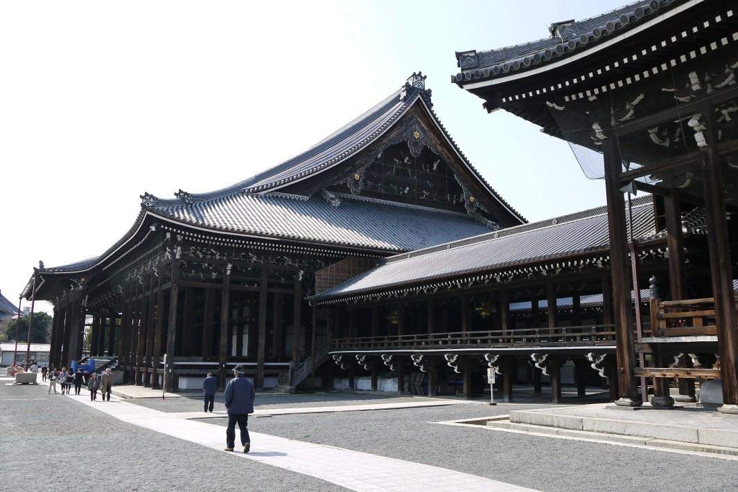 "A origem do termo ""terra do sol nascente"" - prayer halls and corridor in nishi hongwanji in kyoto japan"