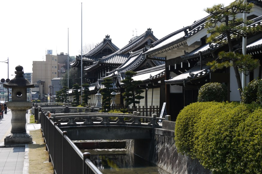 "A origem do termo ""terra do sol nascente"" - view of nishi hongwanji temple walls from sidewalk in kyoto japan"
