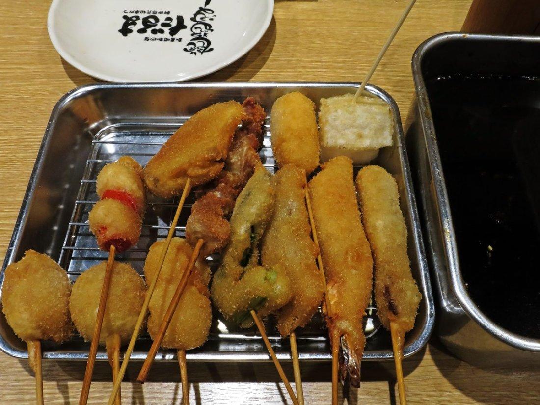15 Tipos de Restaurantes e especializações Japonesas - KushikatsuDaruma01 10