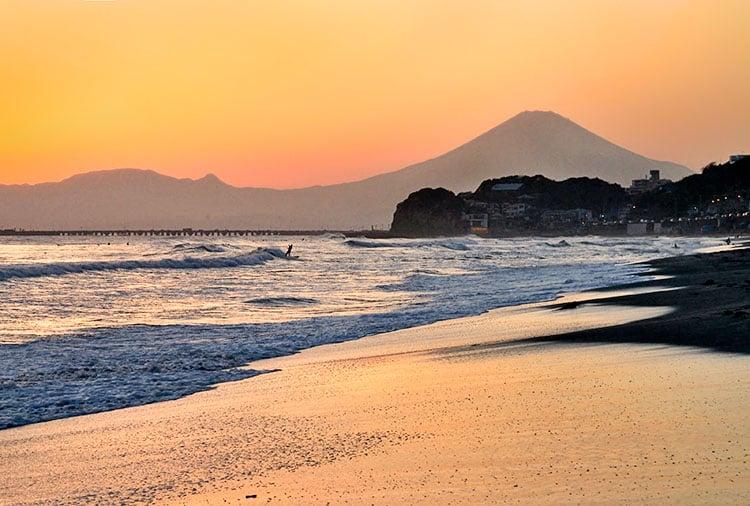 Os melhores locais para ver o Monte Fuji - monte fuji por sol praia 6