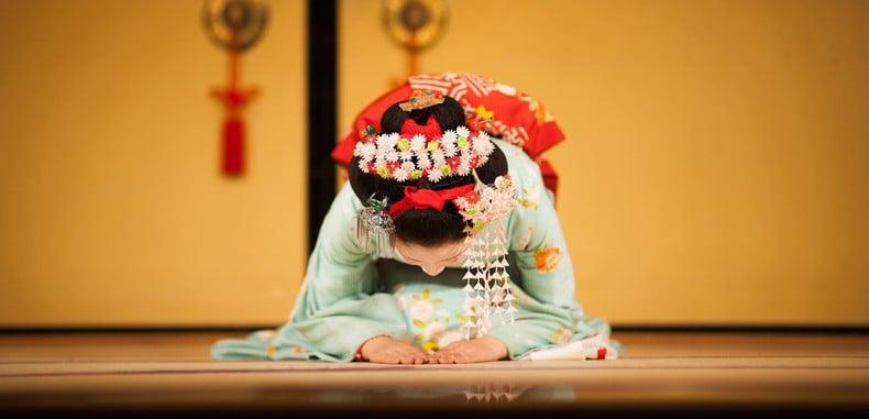 Qual a diferença entre Sumimasen e Gomennasai? - geisha curvar se 2