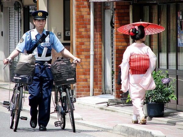 As bicicletas no Japão - gueixa policia 2