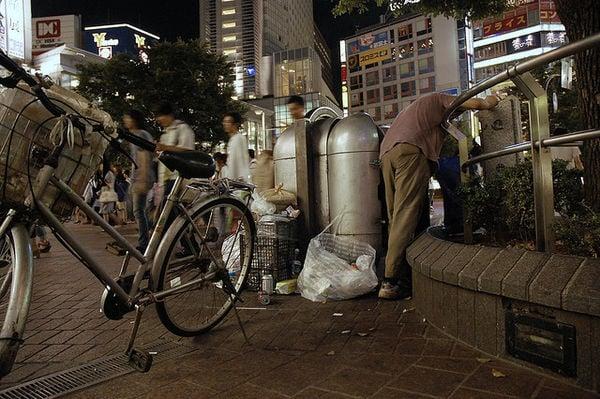 Os Invisíveis moradores de rua no Japão - reciclagem 1