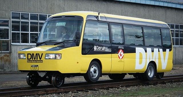Dual Mode do Japão veículo, que pode rodar em estradas, bem como ferroviário