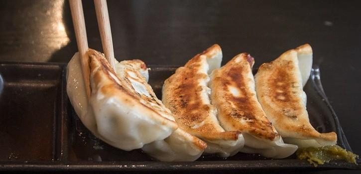 Tabus Sociais do Japão - Hashi na comida - gyoza2 2