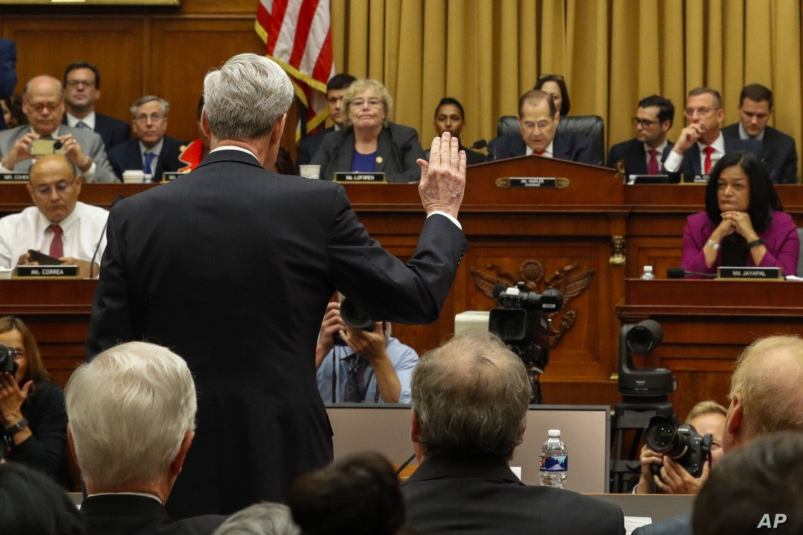 Former special counsel Robert Mueller is sworn in by House Judiciary Committee Chairman Jerrold Nadler to testify before the House Judiciary Committee hearing on Capitol Hill, July 24, 2019, in Washington.