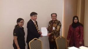 Manager Direktur Seri Stamford College, Dato' Vincent Leong (kiri) dan Rektor Institut Kosgoro Haswan (kanan) usai tandatangan MOU / foto: eky sketsindonews.com