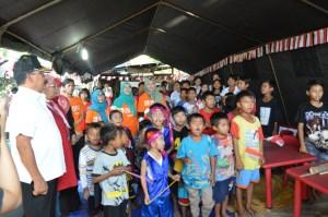 Mayjen (Purn) TNI Soenarko, Pembina Yayasan Bhakti As-Diraa, bersama warga lain dan anak-anak menyanyikan lagu kebangsaan Indonesia Raya/ foto: eky sketsindonews.com