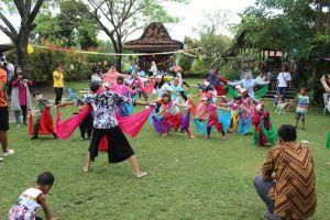 Made Dyah Agustina mengajari anak-anak menari