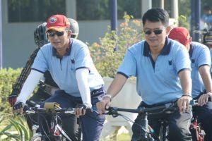 Danlanud Adisutjipto Marsma TNI Novyan Samyoga, MM beserta Ibu dan seluruh perwira Lanud Adisutjipto melaksanakan sepeda gembira di lingkungan Lanud Adisutjopto