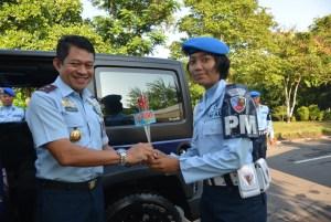 Komandan Lanud Adisutjipto Marsekal Pertama TNI Ir Novyan Samyoga,M.M, saat menerima  bunga dan stiker cinta disiplin dan keselamatan berkendaraan pada Sosialisasi Safety Riding yang dilaksanakan oleh Pomau Lanud Adisutjipto (dok. Lanud Adisutjipto)