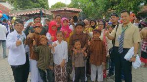 Ketua RT drg. Andi Triawan bersama warga saat foto bersama usai pawai, minggu, 30/10 (dok. sketsindonews.com)