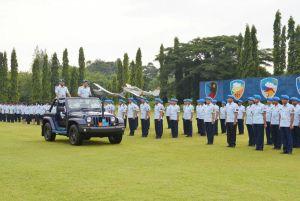 Komandan Pangkalan TNI AU Adisutjipto selaku Irup saat pemeriksaan pasukan pada Upacara HUT Ke-70 Pomau di Lapangan Jupiter. (Dok. Lanud Adisutjipto)