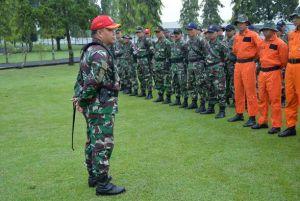 Komandan Skadik 104 selaku Komandan Latihan Letkol Pnb Safeano cahyo saat memberikan pengarahan kepada siswa Sekbang TNI A-93 pada latihan survival 2016 di Gombong (Dok. Pentak Adisutjipto)