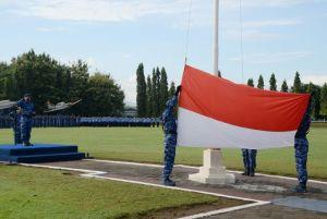 Petugas bendera sang merah putih saat mengibarkan bendera, pada upacara 17-an di Lapangan Lanud Adisutjipto. (Dok. Pentak Lanud Adisutjipto)