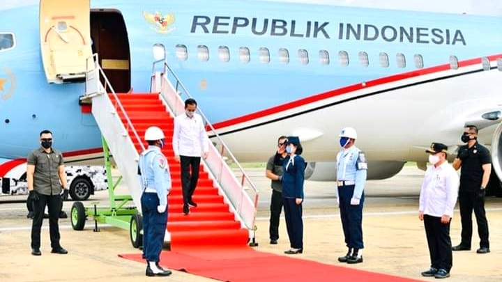 Jokowi Tinjau Kapuas Naiki Helikopter Puma Merah Putih