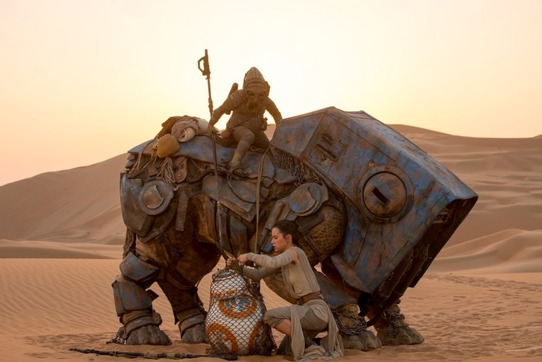 Ret readies BB-8 for transport with the scavenger Teedo and his semi-mechanical Luggabeast