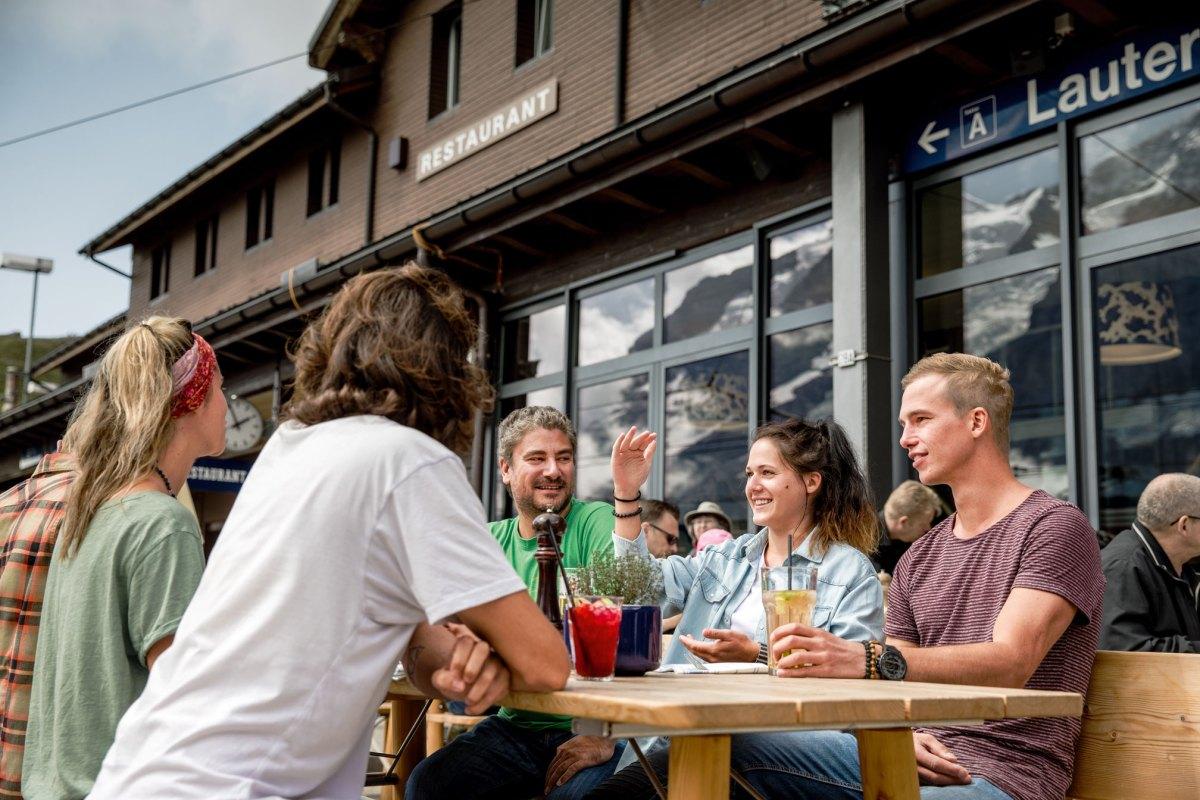 Ski4Kids_Freude-Herrscht_Jungfrauregion_Kleine-Scheidegg-Restaurant_draussen