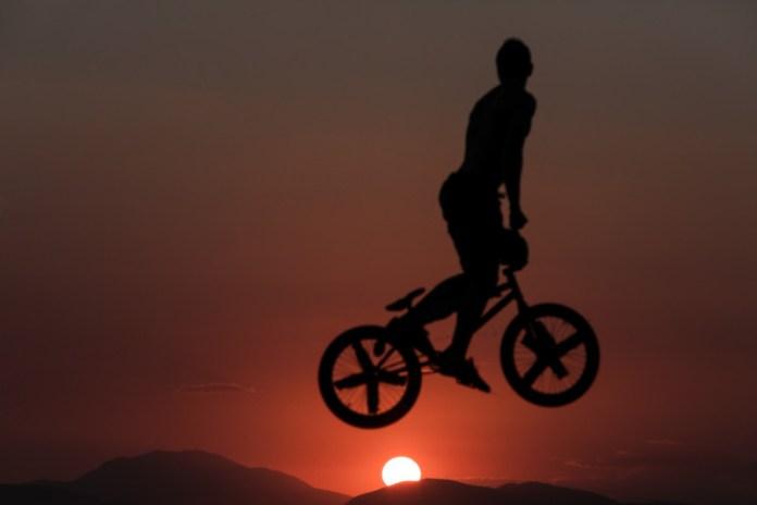 Βουτιές με BMX στο Καβούρι / Φωτογραφία: George Vitsaras / SOOC