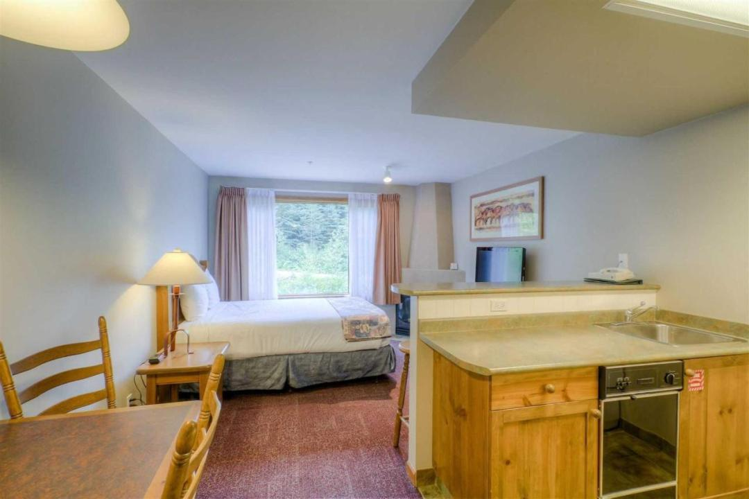 Cahilty Hotel & Suites Studio Full Kitchen LR