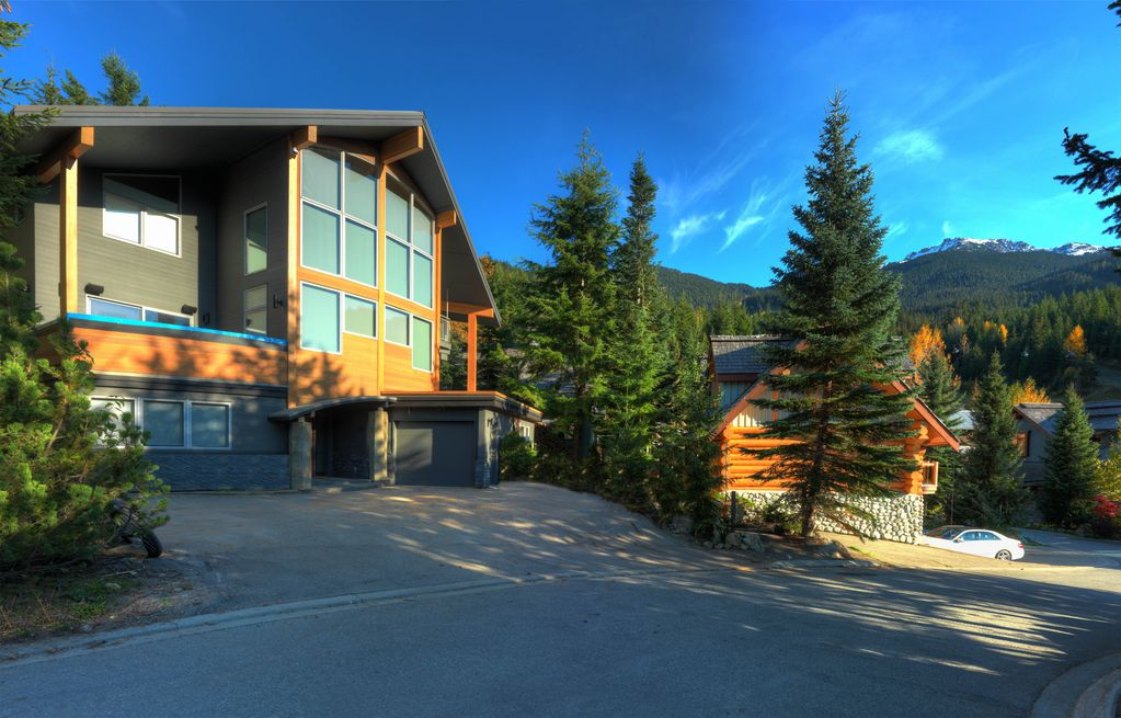 Whistler 5 Bedroom Ski In Ski Out Luxury Home (8)