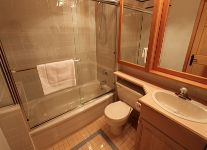 Whistler Pinnacle Ridge 5 Bedroom Bathrm