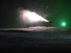 Schneekanone bei Nacht