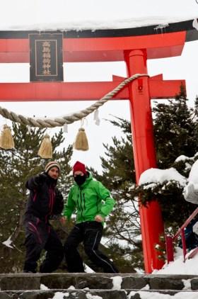 Pierrot et Sven en Ninja devant un temple