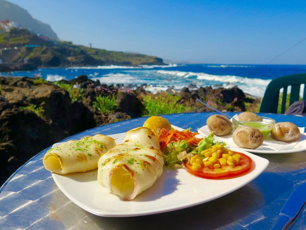 2-Déjeuner-en-front-de-mer-à-Garachico.-Au-menu-calamar-a-la-plancha-fraìchement-pêché-avec-en-arrière-plan-les-fameuses-papas-agurradas-accompagnées-de-son-mojo-verde