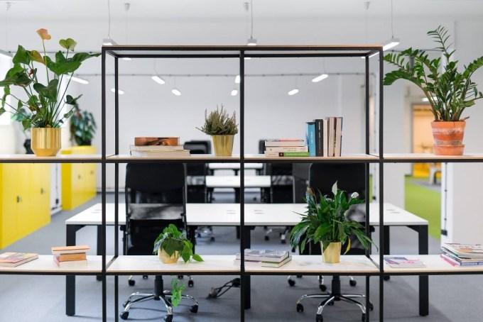 widok regału i biurek w biurze coworkingowym