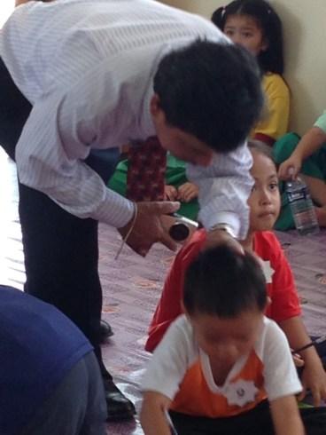 Guru Besar memberi dorongan kepada si kecil.