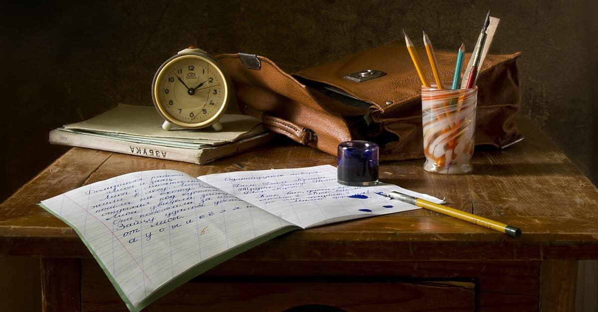skoli-klukka-bok-skrifbord