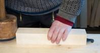 Benkehaken har stamme som er firkanta og konisk og står i eit tilsvarande konisk firkanta hol i høvelbenken. Eg slår med klubbe for at emnet skal bite seg fast i benkehaken. Foto: Roald Renmælmo